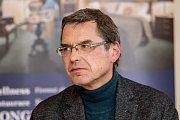 Debata Pražského deníku, která začala na autobusové stanici na Veleslavíně a pokračovala na Terminálu 3 v hotelu Ramada 13. října v Praze. Novotný