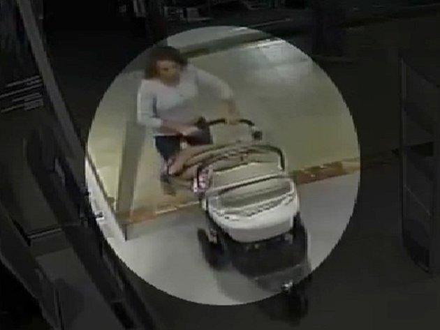 Policisté pátrají po ženě s kočárkem? Neznáte ji? S největší pravděpodobností nalezla ve zkušební kabince mobilní telefon.