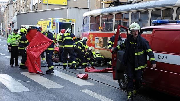 Střet tramvaje s chodkyní v Radlické ulici.