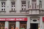 Na oknech v ulici Milady Horákové někdo hraje hru šibenice.