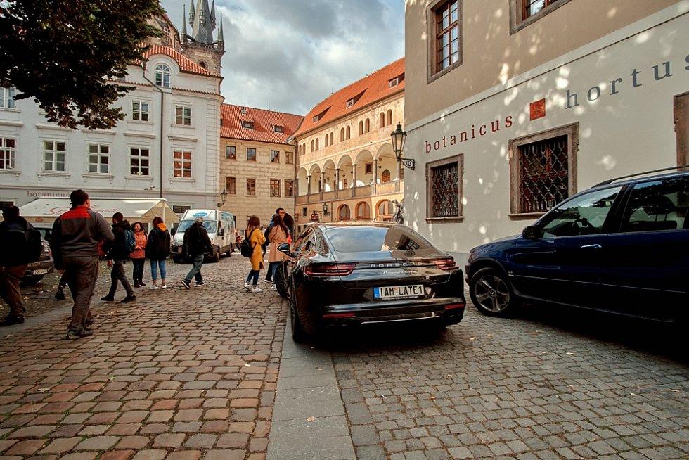 Automobil s registrační značkou na přání v ulicích hlavního města - Ilustrační foto