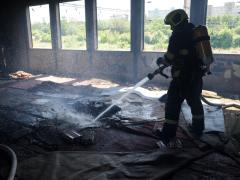 Požár v opuštěné hale.