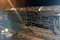 Ve stanici Dřísy vykolejil nákladní cisternový vlak s naftou a čpavkem.