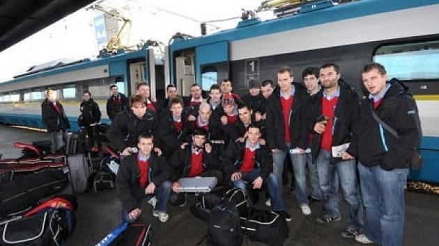 Česká reprezentace odjela 11. prosince na semifinalové utkaní do Prahy Pendolinem z hlavního nadraží Ostrava.