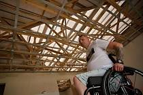 Doslova o střechu nad hlavou přišel také handicapovaný Petr Dočkal z Moravské Nové Vsi. Požádal o finanční příspěvek na opravu svého skoro dostavěného domu. Byl jeden z prvních, komu peníze z Konta Bariéry pomohly.