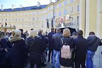 Zádušní mše za Karla Gotta. Fanoušci čekali na třetím nádvoří Pražského hradu.
