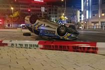 Havárie policejního vozu.