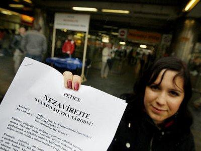 S UZAVŘENÍM NESOUHLASÍ. Pod peticí je již osm tisíc podpisů. Lidé ji podepisují u vchodu do vestibulu.