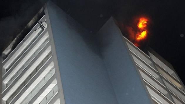 Požár dvou místností bytu v 17. patře výškového panelového domu v Bohnicích.