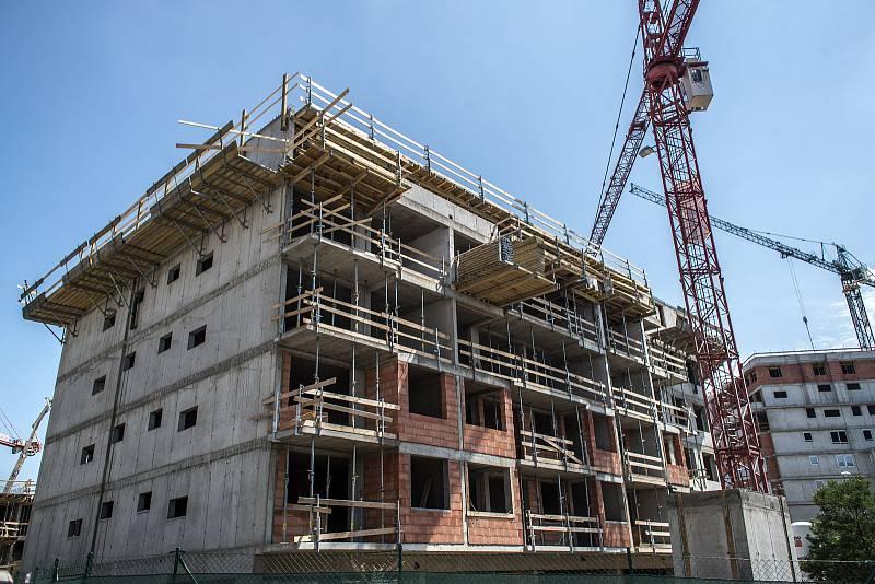 Suma vybraná na dani z nemovitosti roste, v roce 2015 poprvé překročila částku deseti miliard korun a loni činila 11,5 miliardy.