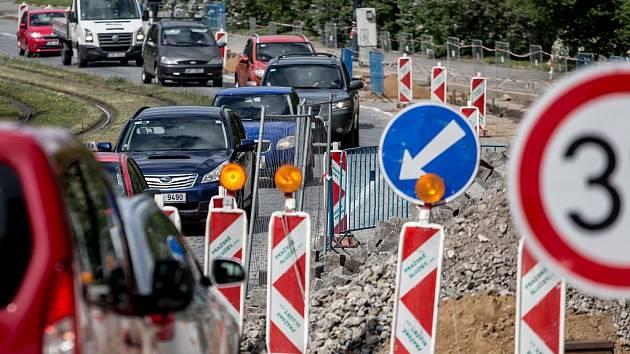 Zhuštěný provoz na Malovance v Praze v pondělí 16. května 2016 kvůli zúžení.