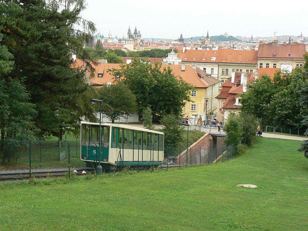 Jedinečný výhled na Prahu a zejména Pražský hrad mají cestující z petřínské lanovky.