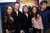 Jan Kříž společně s  s Michaelou Doubravovou, Miroslavem Žbirkou, Alžbetou Bartošovou a Romanem Tomešem.