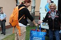 Plyšáky, trička, mikiny, kabelky. To všechno přinesla na akci Armády spásy v Újezdu nad Lesy dvacetiletá studentka vysoké školy ekonomické Kateřina Valentová.