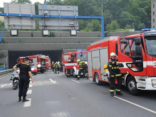 Požár v ústí Strahovského tunelu směrem od tunelu Mrázovka.