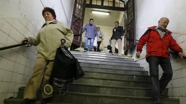 Staří lidé i maminky s kočárky musí zdolávat příkré schody na nádraží Praha-Vysočany. Vozíčkářům zbývá jediná bezbariérová cesta vedoucí přes koleje.