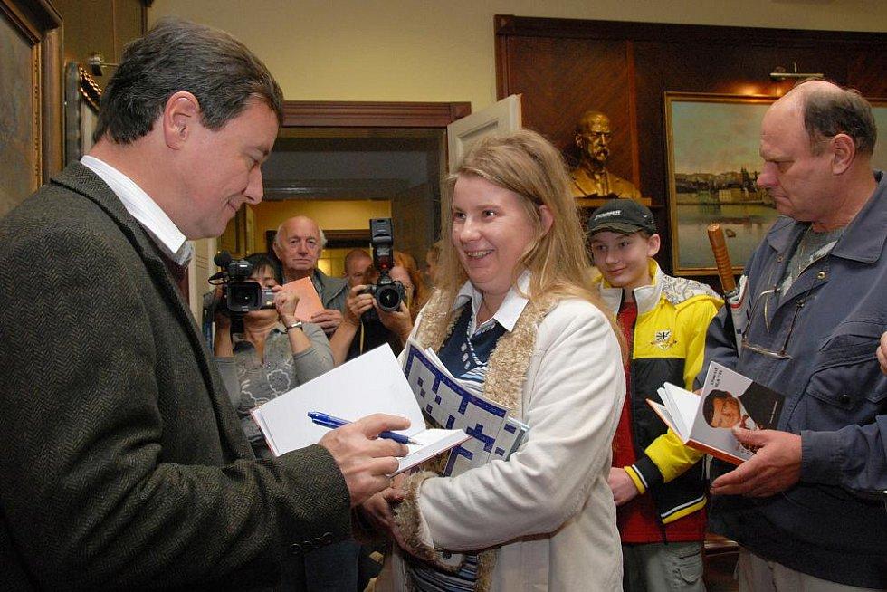 Den otevřených dveří v pracovně hejtmana, sekretariátu a zasedací místnosti krajské rady. Na snímku Rath podepisuje návštěvníkům své knihy.