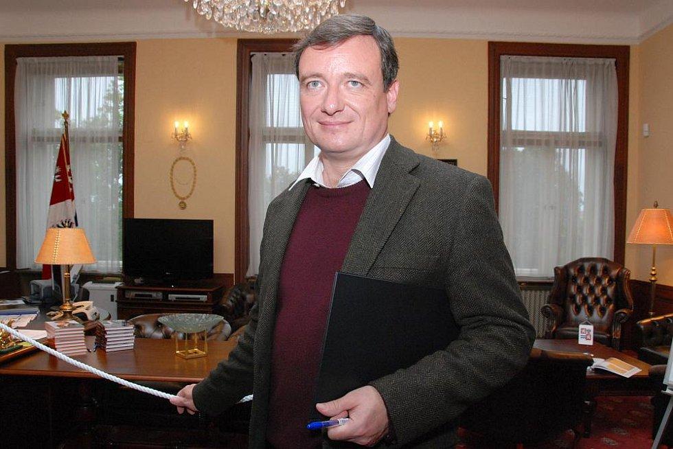 Den otevřených dveří v pracovně hejtmana, sekretariátu a zasedací místnosti krajské rady. Na snímku hejtman Rath před svou pracovnou.