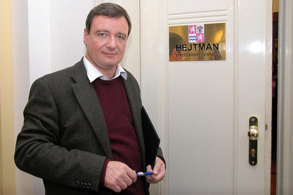 Den otevřených dveří v pracovně hejtmana, sekretariátu a zasedací místnosti krajské rady. Na snímku hejtman Rath před rekonstruovanými místnostmi.