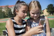 Dítě s mobilem. Ilustrační foto
