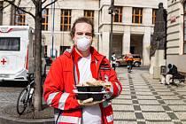 Konto Bariéry ve spolupráci sKošík.cz spustilo veřejnou sbírku na obědy pro osaměle žijící seniory, zdravotníky nebo další skupiny v tzv. první linii.