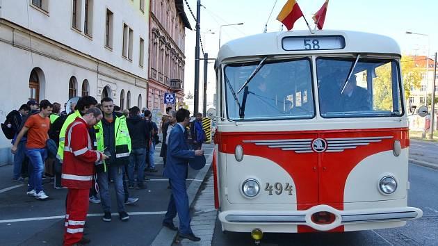 Cestující se v neděli v Praze svezli historickým trolejbusem.