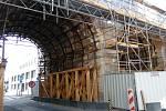 Kvůli pokračující opravě Negrelliho viaduktu byla uzavřena severní část ulice Prvního pluku.