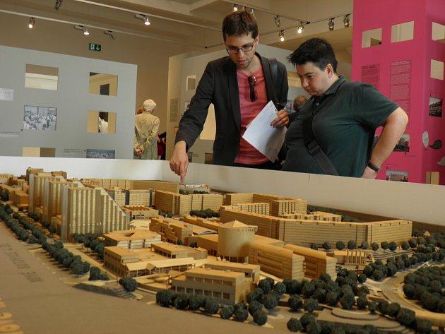 MODEL NOVÝCH BUTOVIC zaujal na včerejší vernisáži výstavy Pražská panelová sídliště nejednoho návštěvníka.
