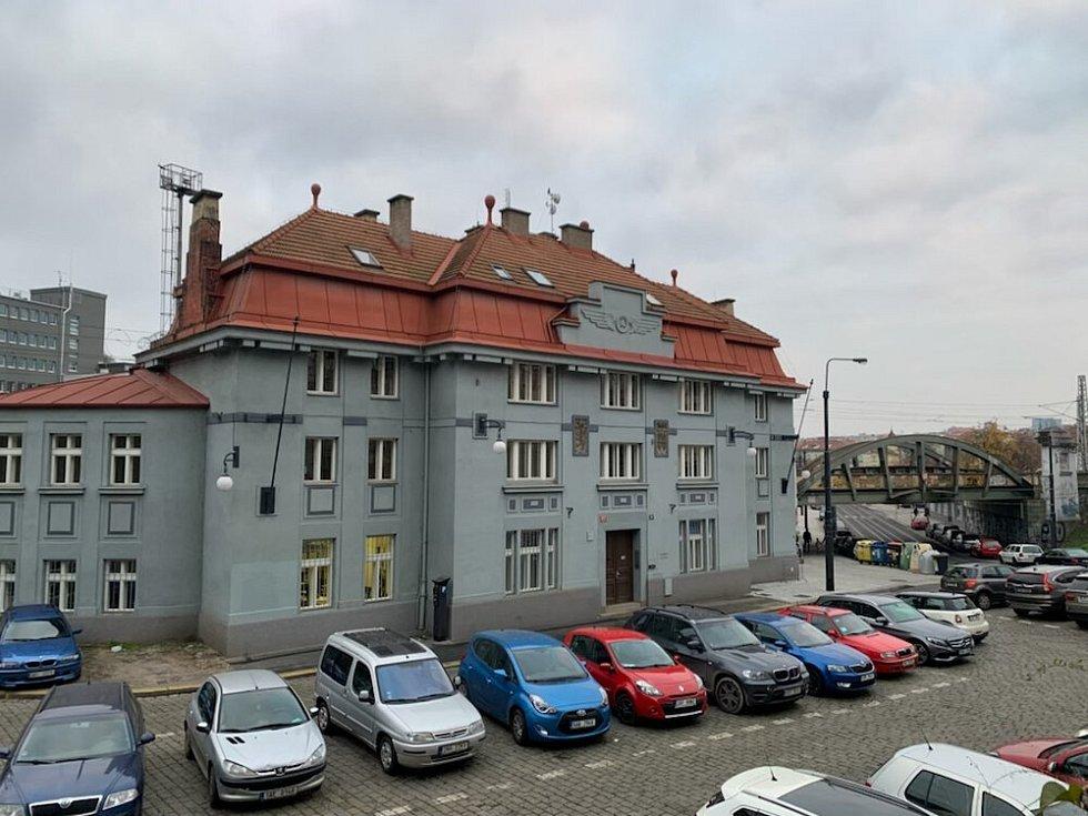 Fasádu bývalého nádraží Královské Vinohrady dodnes zdobí znak Vinohrad, český lev a kolo s křídly.