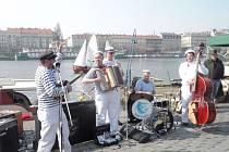 Hudební formace Matylda – banda de la marina bavila veřejnost svou spontánností, okořeněnou vtipnými texty. Nenašel se snad nikdo, kdo by se na náplavce aspoň na chvíli nezaposlouchal a odcházel pak s úsměvem