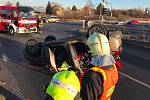 Při nehodě v Praze se auto převrátilo na střechu.