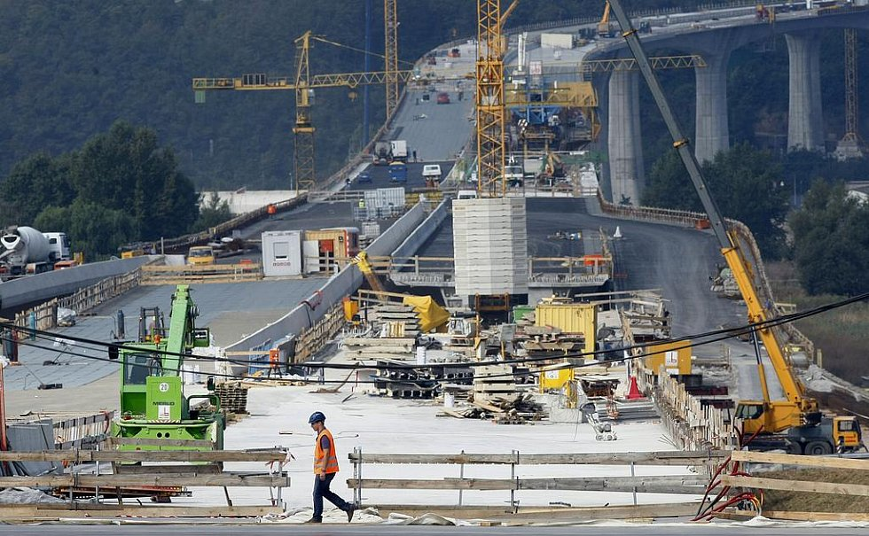Značně pokročily i práce na mostě přes Vltavu, kde se nyní dokončuje nosná konstrukce levého mostu .