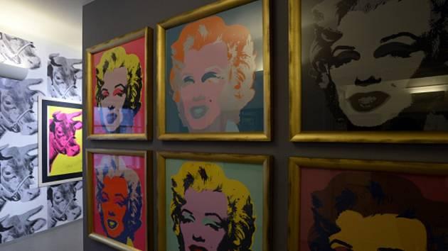V Galerii GOAP na Staroměstském náměstí v Praze probíhá výstava Warhol/Warhola s podtitulem Příběh o tom, jak se Andrew Warhola stal Andy Warholem.