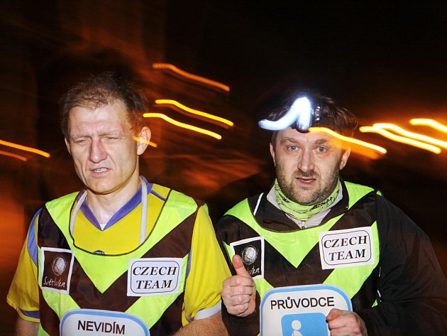 Noční běh pro Světlušku v pražské Stromovce: nevidomý Ivo Budil a jeho průvodce Jiří Macek.