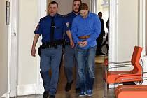 Z pokusu o vraždu dlouholetého známého se před Městským soudem v Praze zpovídal 29letý Filip Plíhal. Bez zjevného důvodu si 17. srpna 2015 půjčil od barmana na Černém Mostě velký kuchyňský nůž a protivníka na předzahrádce podniku Tsunami bodl do srdce.