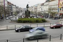 Václavské náměstí v Praze, které v horní části protíná magistrála.