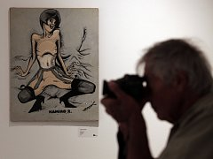 Z výstavy erotických kreseb Káji Saudka v Tančícím domě v Praze.