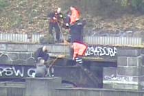 Rybáře zachraňovali z řeky na Štvanici strážníci z Prahy 7