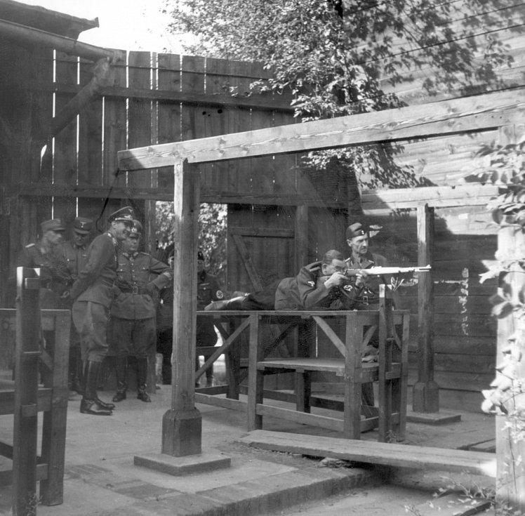 Střelnice. Kobyliská střelnice byla pro nácvik střelby otevřena již v roce 1890. Za druhé světové války se zde především konaly brutální popravy v rámci heydrichiády.