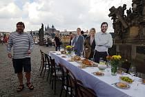 Rozloučit se s koronavirovými omezeními a přivítat prázdniny budou moci Pražané i návštěvníci hlavního města v úterý 30. června 2020 večer hostinou na Karlově mostě.