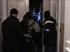 Jednačtyřicetiletý muž, kterého kriminalisté přišli zatknout přímo do jeho bytu, se k loupeži přiznal; při domovní prohlídce pak detektivové našli jak pistoli, tak oblečení použité při přepadení.