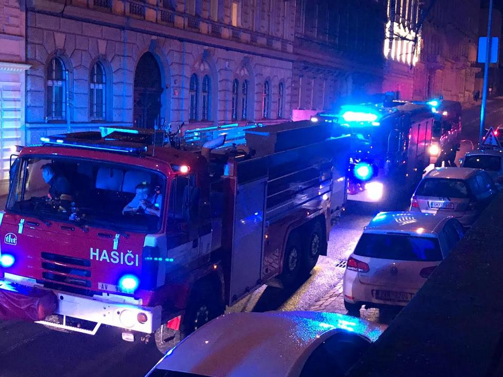 Hasičský zásah v hotelu v Holečkově ulici.