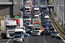 Nehoda tří osobních aut zablokovala v neděli odpoledne 5. října příjezd do Prahy po dálnici D1. Kolona měřila asi šest kilometrů.