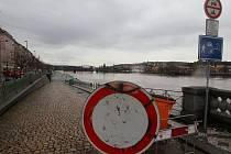 Zvednutá hladina Vltavy v oblasti Náplavky.