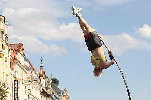 Na Václavském náměstí se ve středu konal atletický závod Pražská tyčka.