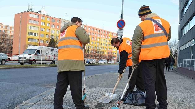Vězni z věznice Pankrác při úklidu ulice. Ilustrační foto.