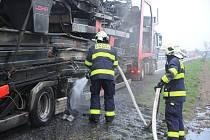 Požár pneumatiky přívěsu.