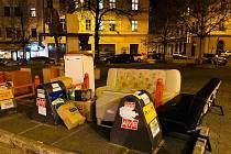 """U kontejnerů na tříděný odpad někdo """"zařídil"""" obývák."""