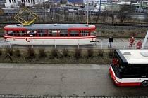 Názorná ukázka rozdílu brzdné dráhy tramvaje a autobusu. Tramvaj má při rychlosti 40km/h brzdnou dráhu asi 26 m, autobus poloviční.