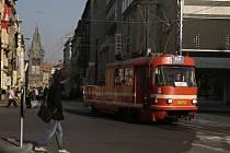 Mazací tramvaj v Jindřišské ulici v Praze.